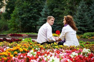 pareja-de-anamorados-en-el-jardin-con-flores-imagenes-de-amor-in-love